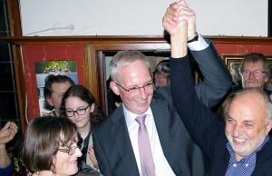 Der Sieger: Wolfram Leibe mit Rainer Lehnart. Der Ortsvorsteher von Feyen gilt als einer der Väter des SPD-Erfolges.