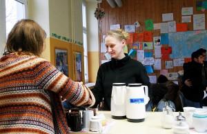 Die Studentinnen Elvira Hoffmann (links) und Sophie Kess arbeiten  in der Teestube der Dasbachstraßen-Afa. Foto: Gabi Böhm