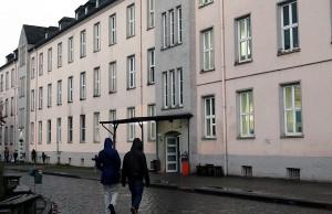 Überfüllt und doch verlassen: Bei Regen gehen nur wenige Besucher  vor ihre Kasernentüren der Afa in der Dasbachstraße. Foto: Gabi Böhm