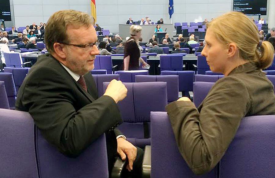 Corinna Rüffer - hier im trauten Zwiegespräch mit Bernhard Kaster in Berlin - führt die Grüne in die Koalition mit der CDU als Schutz und Schild für Angelika Birk.