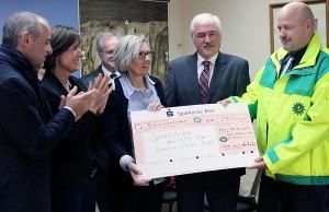 1.300 Euro für die Spielstube in der Afa - Dieter Engelmann übergibt der Scheck an die Leiterin Ulrike Ruff.