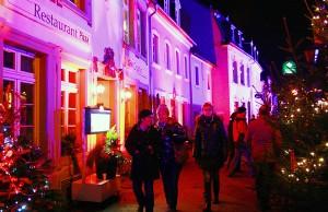 Zarte Rosafarben und kühles Blau tauchen die Fassaden der geduckten Häuschen am Abend ins rechte Licht.