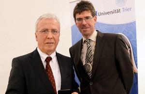 Ex-OB Helmut Schröer und Uni-Präsident Michael Jäckel bei der Preisverleihung.
