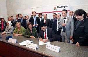 Ministerpräsidentin Malu Dreyer mit den Vertretern der muslimischen Verbände bei der Unterzeichnung der Erklärung. Foto: StK