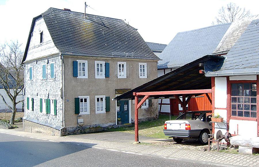 Das Wohnhaus und die Schmiede der Simons im fiktiven Hunsrückort Schabbach. Foto: Wiki