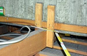 Waghalsige Konstruktion: Zwei umgeschlagene Nägel im Beton halten den Latten und Balken. Foto: ISSTAS+Thees