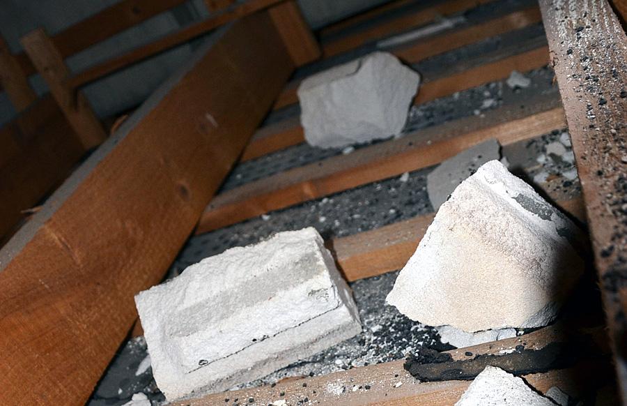 """Auf den dünnen Deckenplatten liegen die Betonbrocken. """"Reiner Zufall, dass keiner durchgebrochen ist"""", so Gutachter Erik Thees. Foto: ISSTAS+Thees"""
