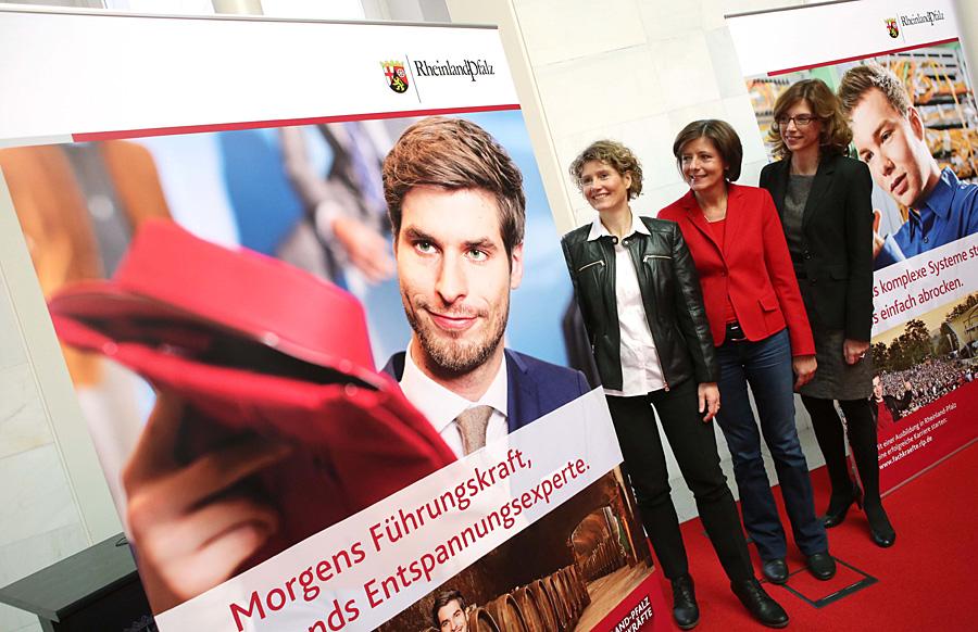 Zusammen mit Wirtschaftsministerin Eveline Lemke und Arbeitsministerin Sabine Bätzing-Lichtenthäler stellte Ministerpräsidentin Malu Dreyer in Mainz die überregionale Kampagne zur Fachkräftesicherung vor. Foto: Sell/Staatskanzlei