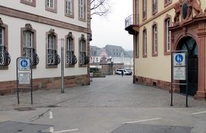Auch die Liebfrauenstraße wird vor der Zufahrt zum Domfreihof versperrt.