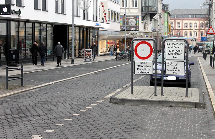 Die Konstantinstraße wird kurz hinter der Parkhauseinfahrt mit versenkbaren Pollern abgesperrt.