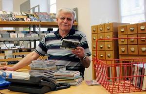 """Michael Pütz, stellvertretender Abteilungsleiter der Stadtbibliothek Palais Walderdorff, überprüft, welche CDs aus dem Bestand """"gelöscht"""" werden können. Foto: Presseamt Stadt Trier"""