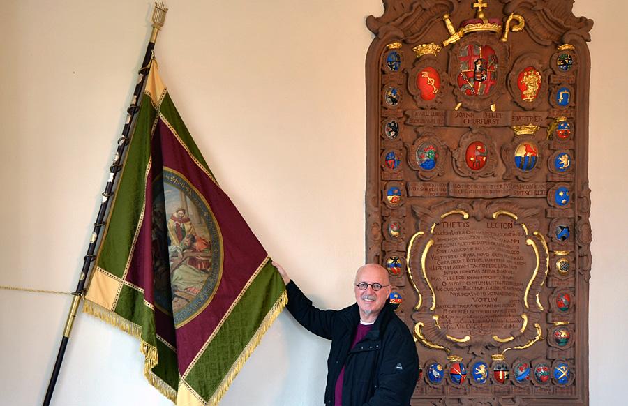 Gesucht, gefunden und gerettet - Hanspitt Weiler mit der historischen Fahne in der Ratsstube vom Herrenbrünnchen. Foto: Bernd Veit