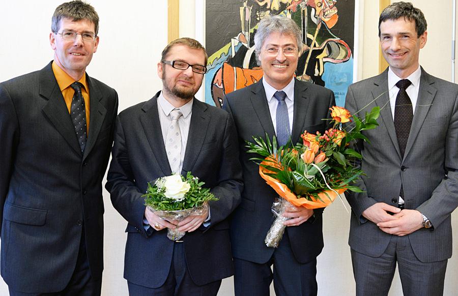 Präsident Prof. Dr. Michael Jäckel (l.) und Vizepräsident Prof. Dr. Georg Müller Fürstenberger (r.) begrüßen Prof. Dr. Martin Przybilski (2.v.l.) als neuen Vizepräsidenten. Er hat das Amt von Prof. Dr. Thomas Raab (3.v.l.) übernommen. Foto: Uni Trier
