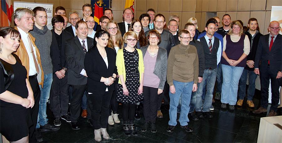 31 Bürgerinnen und Bürger wurden am Donnerstagabend im Ratssaal von OB Jensen und Polizeipräsident Schömann mit dem Preis für Zivilcourage geehrt (Namen siehe unten). Foto: Gabi Böhm