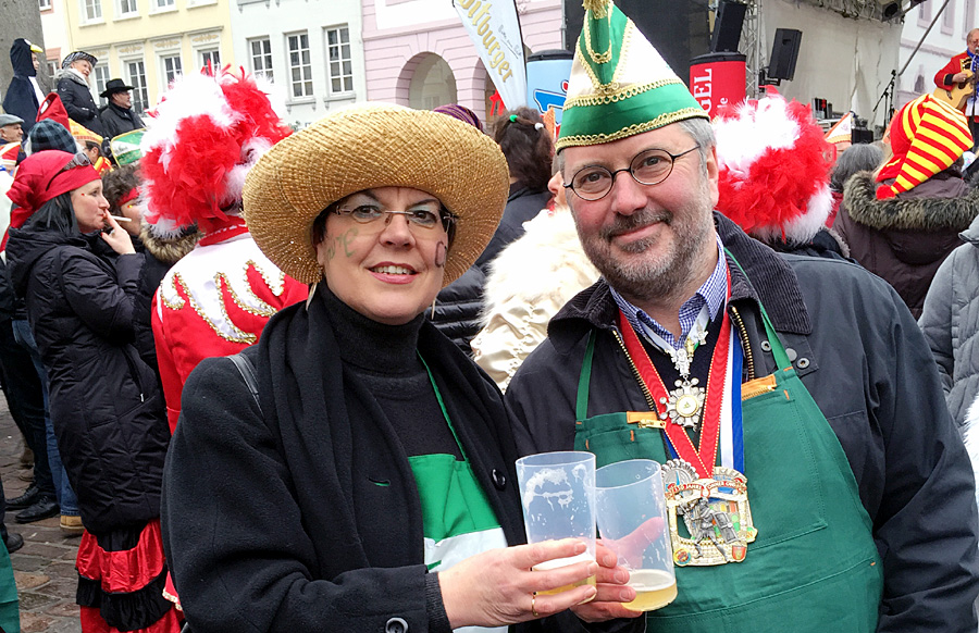 Konkurrenten ja, Feierfreunde gestern am dem Hauptmarkt trotzdem – Jutta Albrecht und Udo Köhler, die beide für die Trierer CDU in den Landtag wollen.