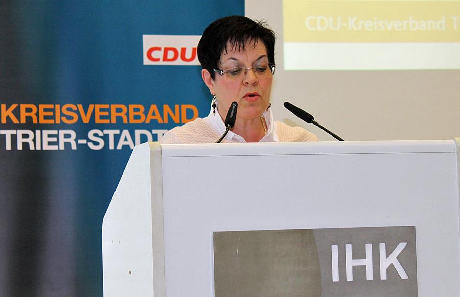 Jutta Albrecht am Rednerpult: Die 53-jährige Lehrerin gibt aktuell einen kurzen Lebenslauf ab.