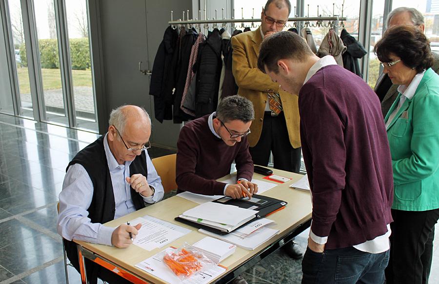 Die Auszählkommission mit Philipp Bett und Bend Michels bei der Arbeit.