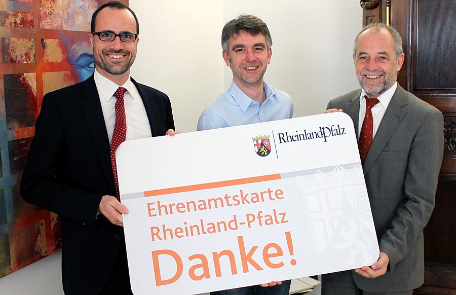 Auch Trier hat jetzt die Ehrenamtskarte: Clemens Horch, Carsten Müller-Meine und Klaus Jensen am Freitagvormittag im Rathaus.