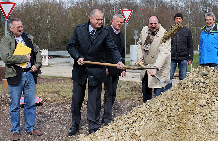 Wohl der vorerst letzte Spatenstich dieser Art: Dezernent Thomas Egger und Hans-Michael Staude mit Karl-Heinz Klupsch, dem Ortsvorsteher von Irsch (Bildmitte).