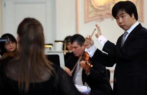 Joongbae Jee dirigiert das 6. Trierer Symphoniekonzert. Foto: Marco Piecuch