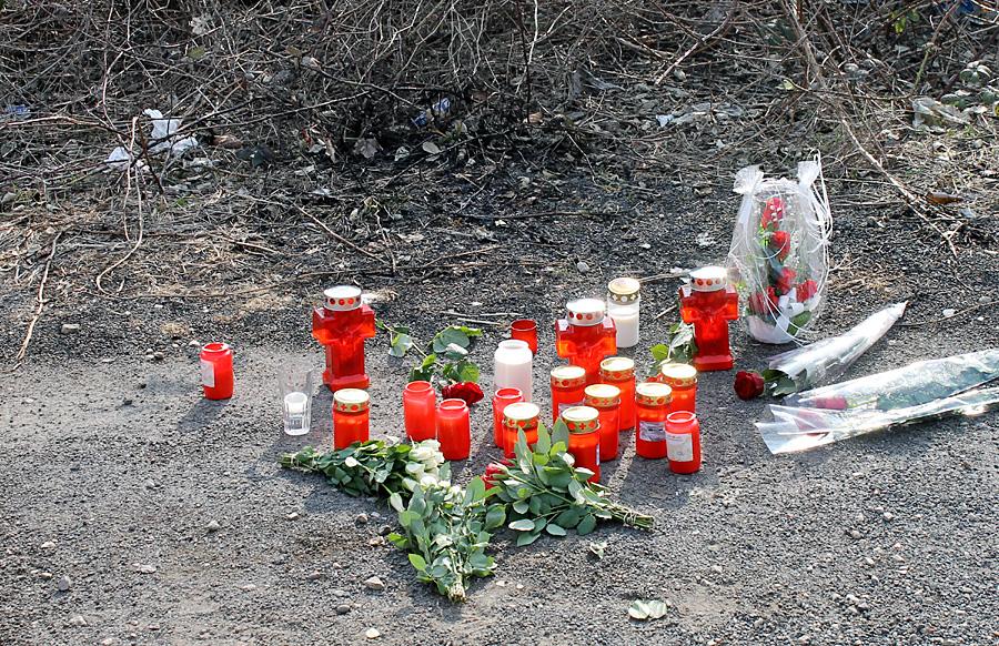 Am Tatort in Trier-Nord stehen inzwischen Kerzen zum Gedenken an die getötete Jugendliche. Freunde und Bekannte haben Blumen niedergelegt.