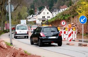 Die Friedhofstraße ist derzeit halbseitig gesperrt. Foto: Gabi Böhm