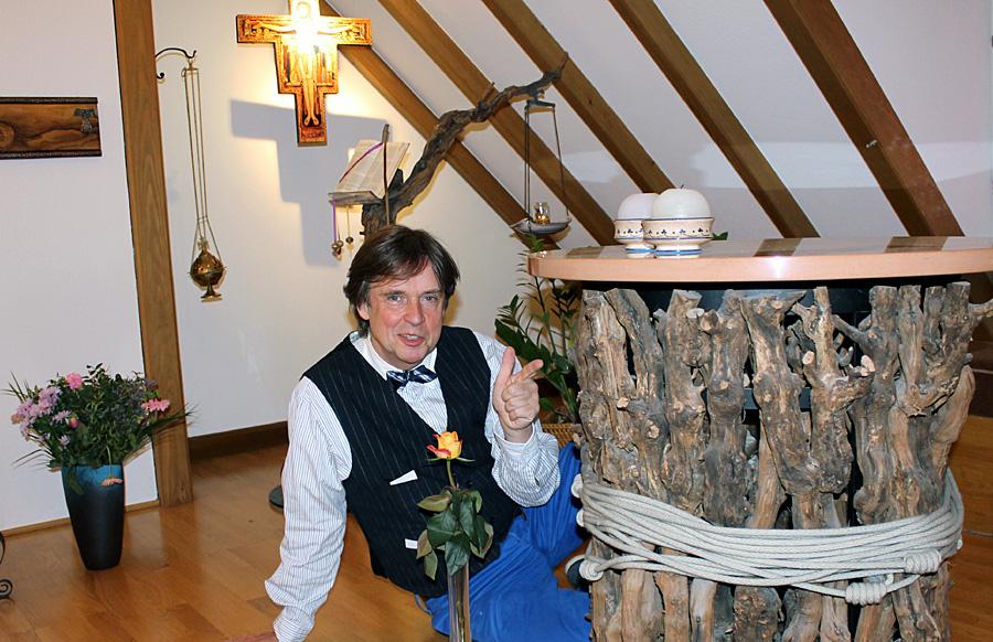 Er selbst sagt von und über sich, er sei ein gerontosophischer Nähkästchen-Erzähl-Kabarettist. Franz-Josef Euteneuer leitet das Begegnungsforum im Haus Franziskus seit 29 Jahren.