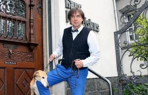 Hund und Herrchen: Euteneuer mit Begleiter Izumi vor seinem Zuhause in der Christophstraße.