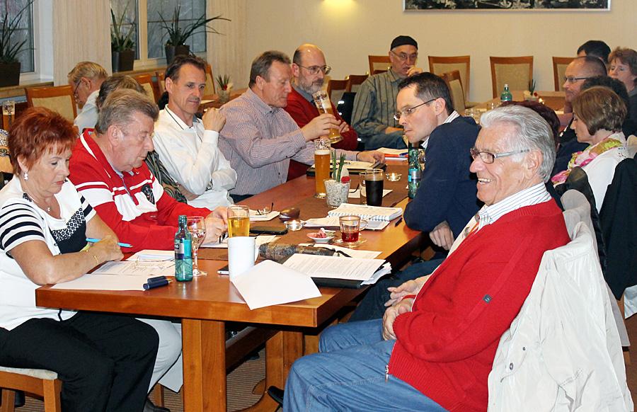 Die FWG, die aus der UBM-Gründung von Manfred Maximini (vorne rechts) hervorging, sucht nach ihrer Position in der politischen Landschaft der Stadt.