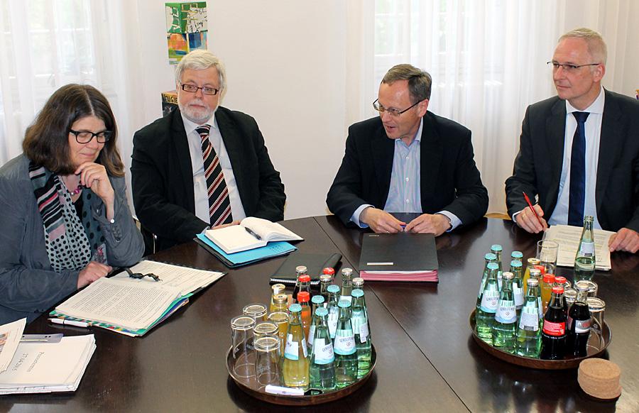 Gaben am Montag einen Zwischenstand zur aktuellen Flüchtlingsarbeit ab: Dezernentin Angelika Birk (links) und OB Wolfram Leibe (rechts). Caritas-Direktor Dr. Bernd Kettern, links neben Dr. Hans-Günther Lanfer (Chef des Presseamtes), lobte die Vorgehensweise der Stadt.