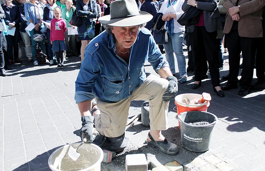 Der Kölner Künstler Gunter Demnig verlegt die Stolpersteine für die in Auschwitz ermorderte Trierer Familie Kallmann.