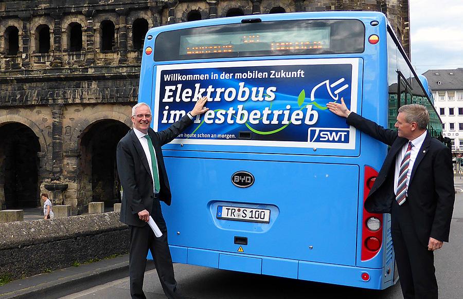 Historische Fahrt: Seit Mittwoch rollt wieder ein Elektrobus durch Trier. Foto: SWT