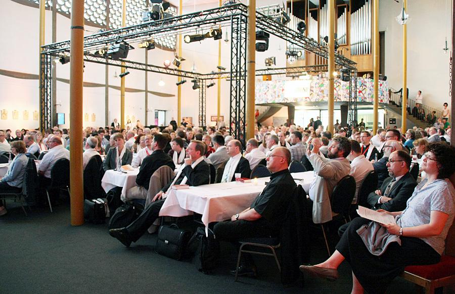 In der Kirche der Jugend X-ground in Koblenz haben die rund 280 Synodalen ihre Beratungen bei der vierten Vollversammlung aufgenommen. Foto: Bistum Trier