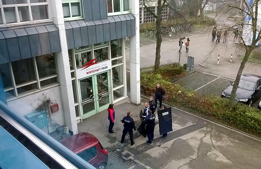 Die Polizei durchsuchte am Freitagmorgen die Gebäude der BBS, konnte aber keine Hinweise auf eine Amokgefahr finden.