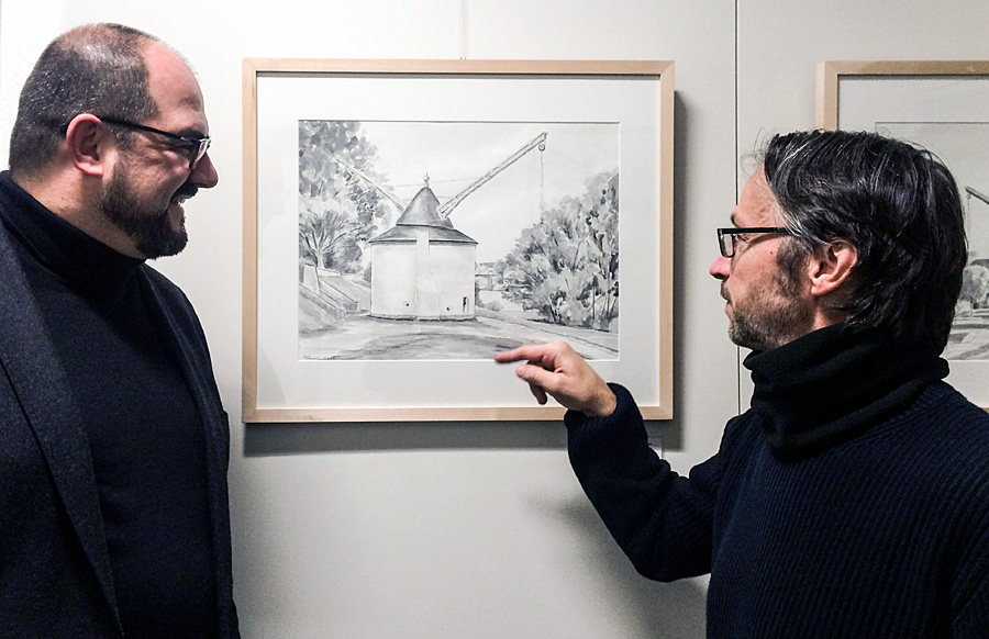 Fachgespräch: Kulturdezernent Thomas Egger (links) und Thomas Brandscheidt vor einem der Bilder des Trierer Künstlers. Foto: ttm