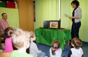 In der Kita St. Valerius liest Erzieherin Andrea Kläs-Philipp (rechts) das Aschenputtel-Märchen auf Deutsch vor. Dabei wechselt sie sich mit einem Vater (links) ab, der die bekannte Geschichte auf Rumänisch präsentiert. Die Kinder werden so spielerisch mit einer neuen Sprache vertraut gemacht. Foto: Presseamt Trier