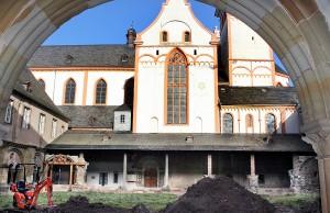 Blick über den Kreuzgarten auf die provisorische Ersatzkonstruktion für die abgerissene Nordwand des Kreuzgangs. Foto: Presseamt Trier