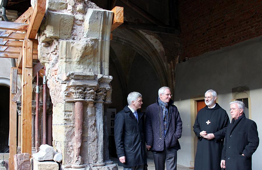 Architekt Karl Feils erklärt OB Wolfram Leibe, Abt Ignatius und Alt_OB Helmut Schröer (v. l.) die Rekonstruktion eines Kreuzgangbogens. Foto: Presseamt Trier