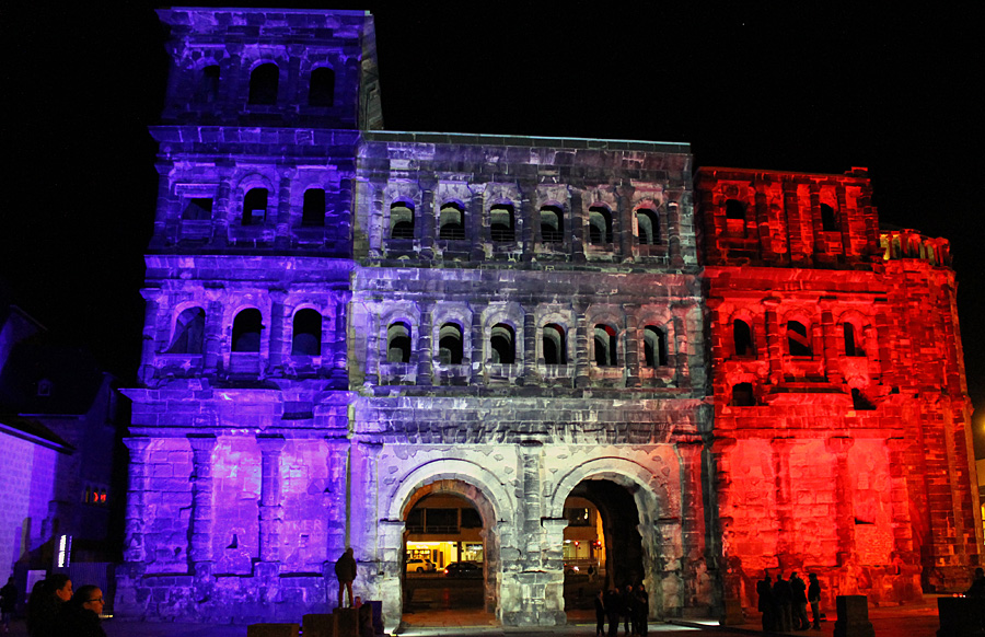 Am Sonntagabend leuchtete die Porta in Blau, Weiß und Rot, den Farben der Französischen Republik.