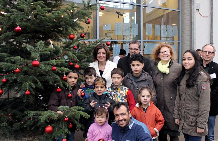 Eine kleine Freude für die Flüchtlingskinder der AfA in der Luxemburger Straße: Sie durften gemeinsam mit Malu Dreyer den Baum vor der Mensa schmücken.