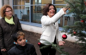 Tatkräftig - Dreyer schmückt den Baum mit roten Kugel. ADD-Präsidentin Dagmar Barzen schaut bewundernd zu.