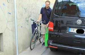 Auf den Geh- und Radwegen in der Trierer Innenstadt ist oft wegen wildparkender Autos kein Durchkommen mehr.