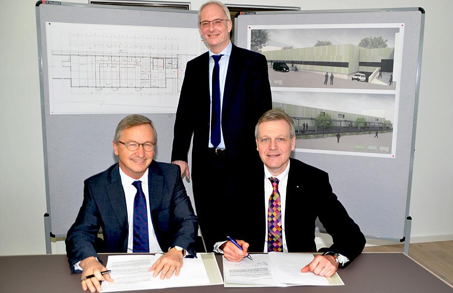 HWK-Hauptgeschäftsführer Dr. Manfred Bitter (l.) und SWT-Vorstand Olaf Hornfeck (r.) zusammen mit OB Wolfram Leibe bei der Unterzeichnung der Kooperation. Foto: HWK