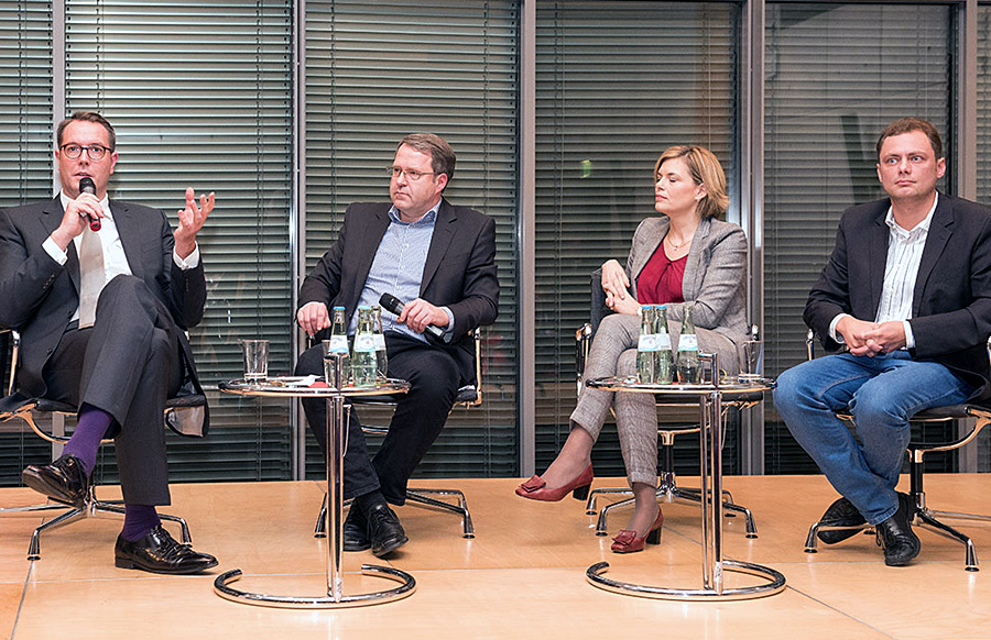 Die Diskussion zwischen Alexander Schweitzer, Julia Klöckner und Daniel Köbler war dann doch eher bescheiden - was vor allem an der Moderation von Bernd Mosebach (Bildmitte) lag. Foto: Rolf Lorig