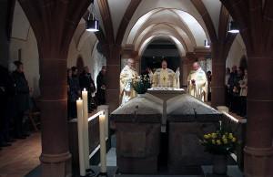 Abt Ignatius Maaß, Bischof Ackerman und Bruder Petrus Henke (v.l.n.r.) am Grab des Heiligen Eucharius. Foto: Bistum Trier
