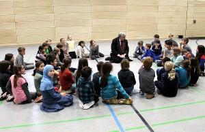 Sitzkreis mit Dezernent: Andreas Ludwig fachsimpelt mit den Schülerinnen und Schülern der Barbara-Grundschule.