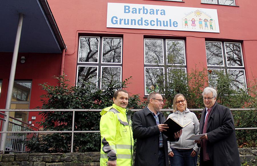 Ein großer Schritt für Barbara: Hausmeister Harald Felten, Dr. Frank Simons, Schulleiterin Hanne Modrow und Dezernent Andreas Ludwig (v.l.) am Montag in Trier-Süd.