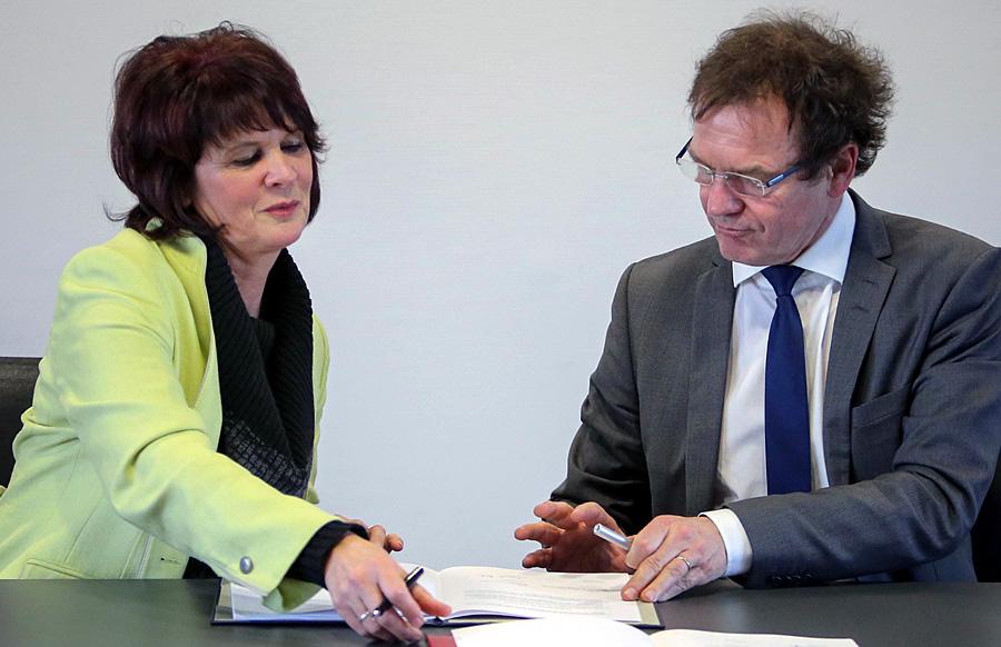 Wissenschaftsministerin Vera Reiß und der Präsident der Hochschule Trier, Prof. Dr. Norbert Kuhn, unterzeichnen die Zielvereinbarung. Foto: Fredrik v. Erichsen