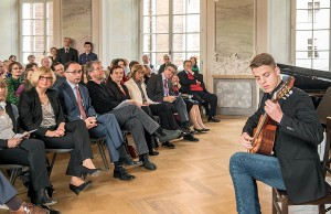 """Mit seiner Aufführung des Stückes """"If"""" von Ralph Towner begeisterte Thomas Krupp das Publikum. Foto: Rolf Lorig"""