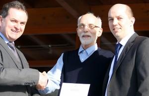 Silberne Ehrennadel für Ulman Schulte (Bildmitte).  Rechts Michael Maxheim vom Sportbund, links Marco Marzi, Vorsitzender des Trimmelter SV. Foto: privat